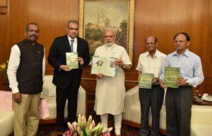 Left-right: Vijay Kumar (Director, GUIDE), Hari Sankaran, PM Narendra Modi, Sudhir Mankad (Former Chief Secretary of Gujarat; Chairman, GUIDE) and P K Mishra (Addl. Principal Secretary to the PM)